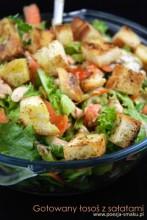 Gotowany łosoś z sałatami