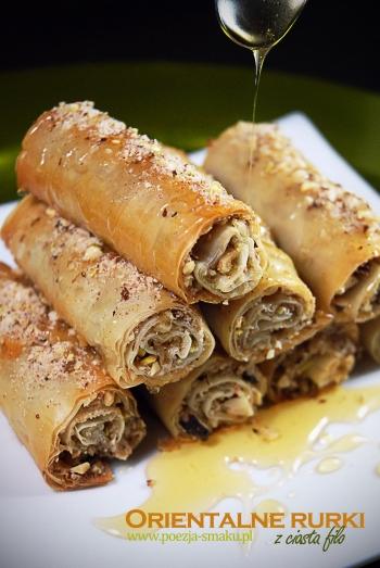 Orientalne rurki z ciasta filo z pistacjami i miodem