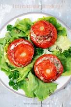 Faszerowane pomidory na zielonej łące