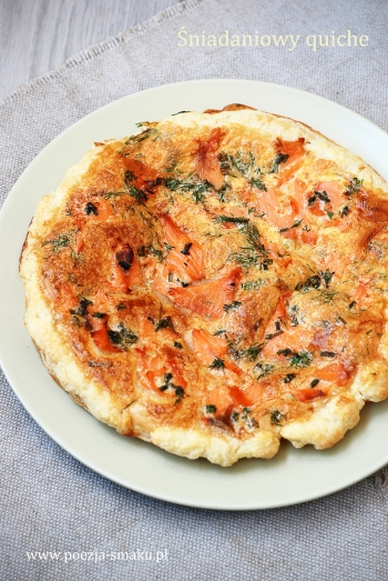 Śniadaniowy quiche z wędzonym łososiem (śniadaniowa pizza)