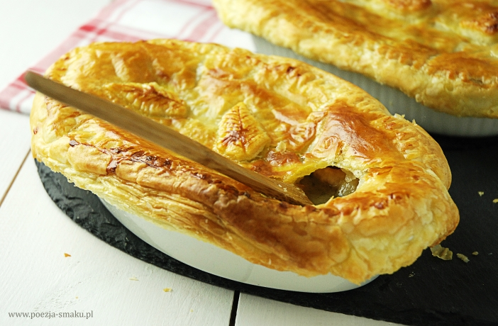 Gulasz drobiowy zapiekany pod ciastem francuskim