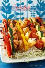 Szaszłyki z kurczakiem i warzywami w ajvarze