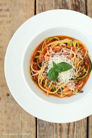 Makaron z cukinii w sosie pomidorowym