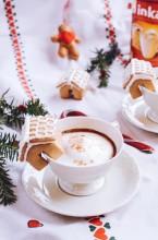 Pierniczkowe cappuccino z domkiem z piernika