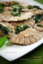Pierogi razowe z łososiem i sosem bazyliowym