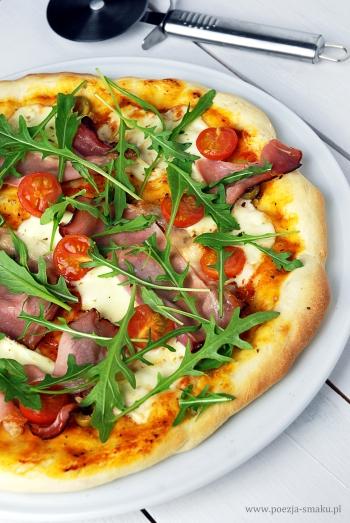 Pizza na cienkim cieście z rukolą