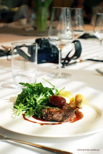 Polędwica wołowa z aromatycznym winnym sosem czekoladowym