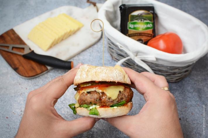 Burgery indycze z cheddarem i słodkim sosem chilli