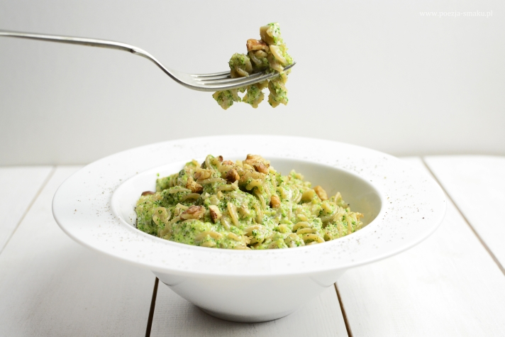 Makaron z brokułami i serem pleśniowym