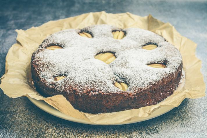Wilgotne ciasto czekoladowe z gruszkami