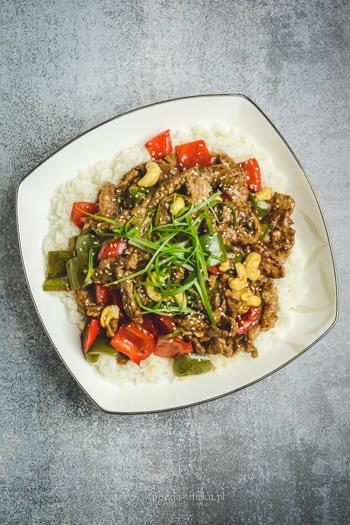 Wołowina w sosie ostrygowym z nerkowcami
