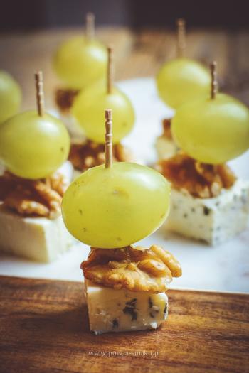 Koreczki z sera pleśniowego i winogron