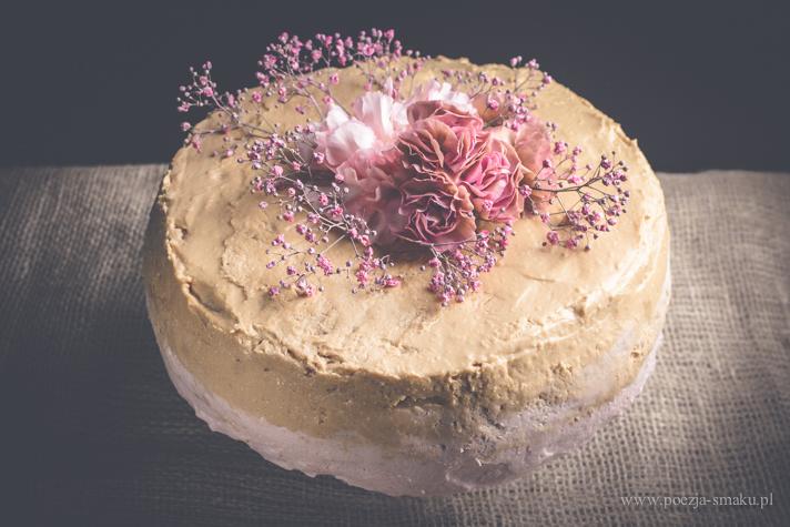 Tort malinowy z paloną, białą czekoladą