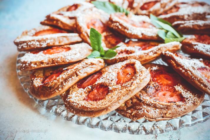 Czekoladowe placuszki z truskawkami