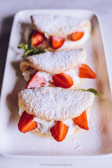 Biskwity z bitą śmietaną i truskawkami - omleciki