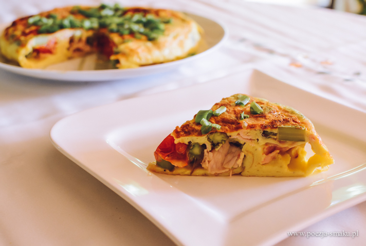Omlet ze szparagami, szynką i pomidorkami