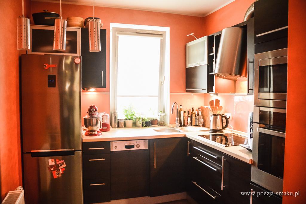 Pomarańczowa kuchnia przed remontem - meble wenge