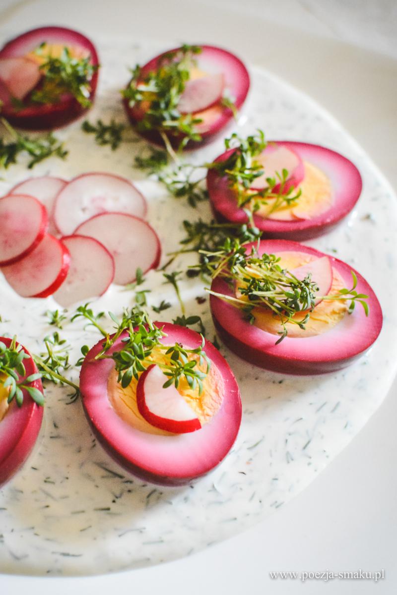 Różowe jajka w sosie jogurtowo-koperkowym