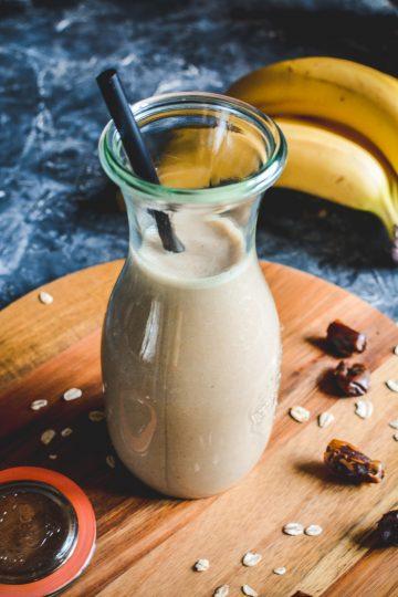 Bananowa owsianka do picia słodzona daktylami