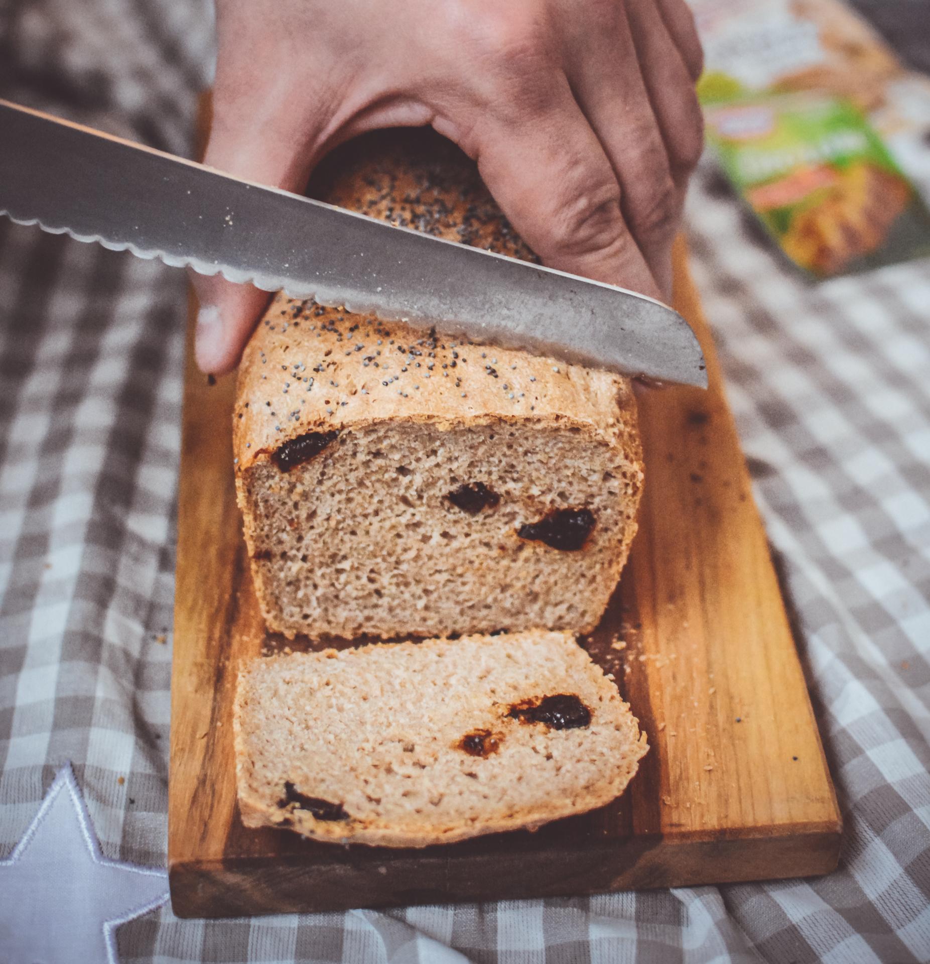 Chleb pszenno żytni ze śliwką i makiem