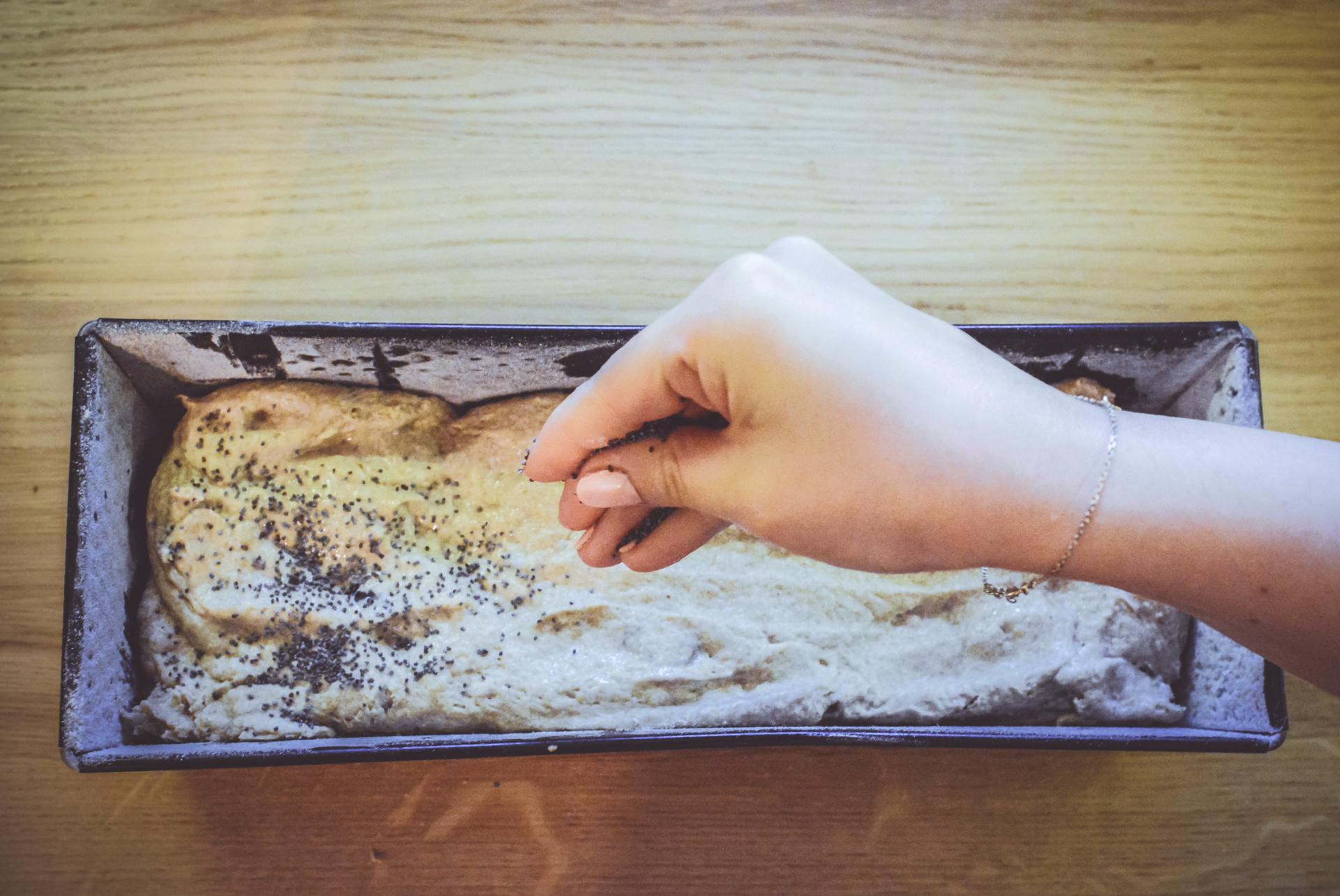 Chleb pszenno-żytni ze śliwką i makiem