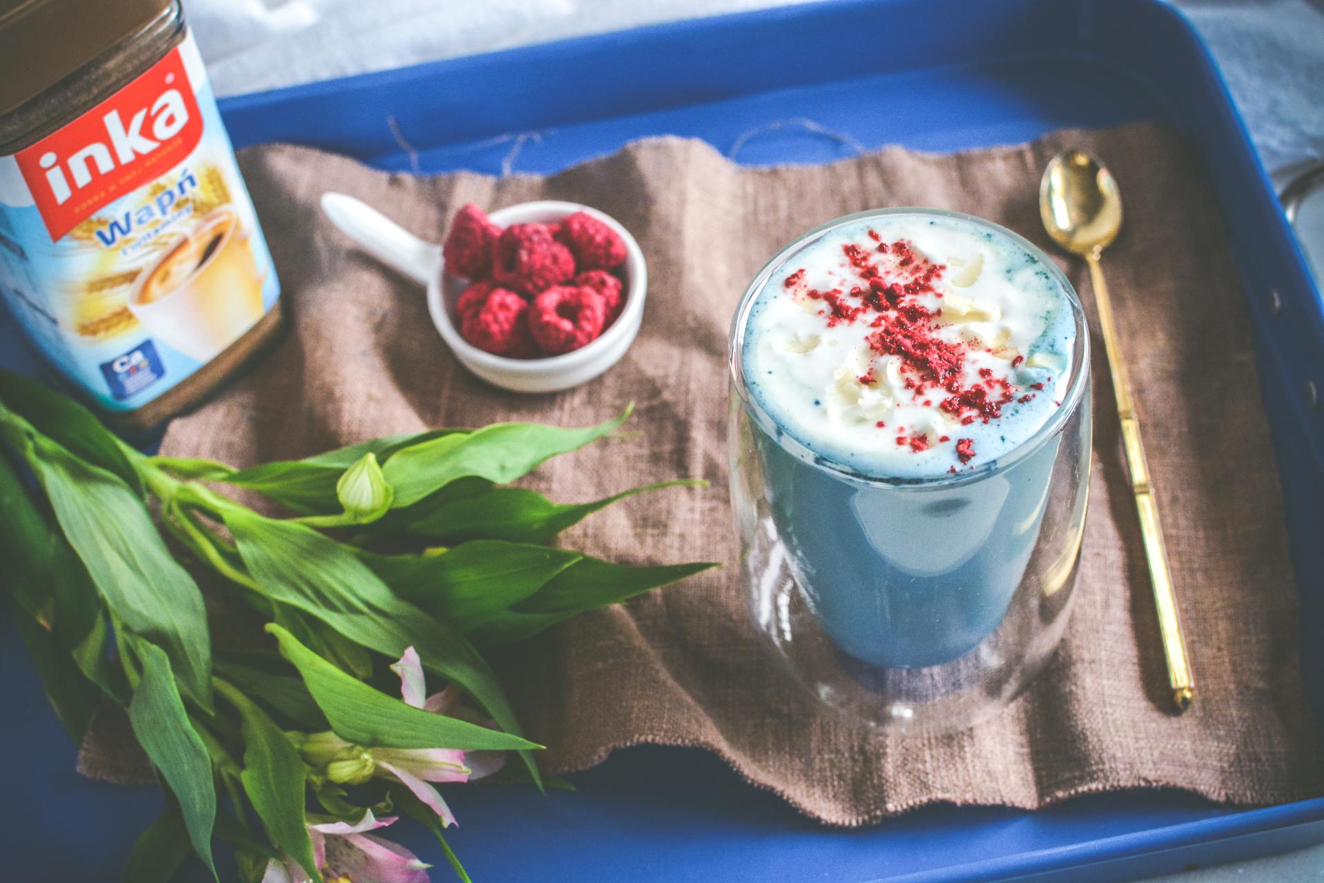 Dodająca energii bezkofeinowa kawa ze spiruliną