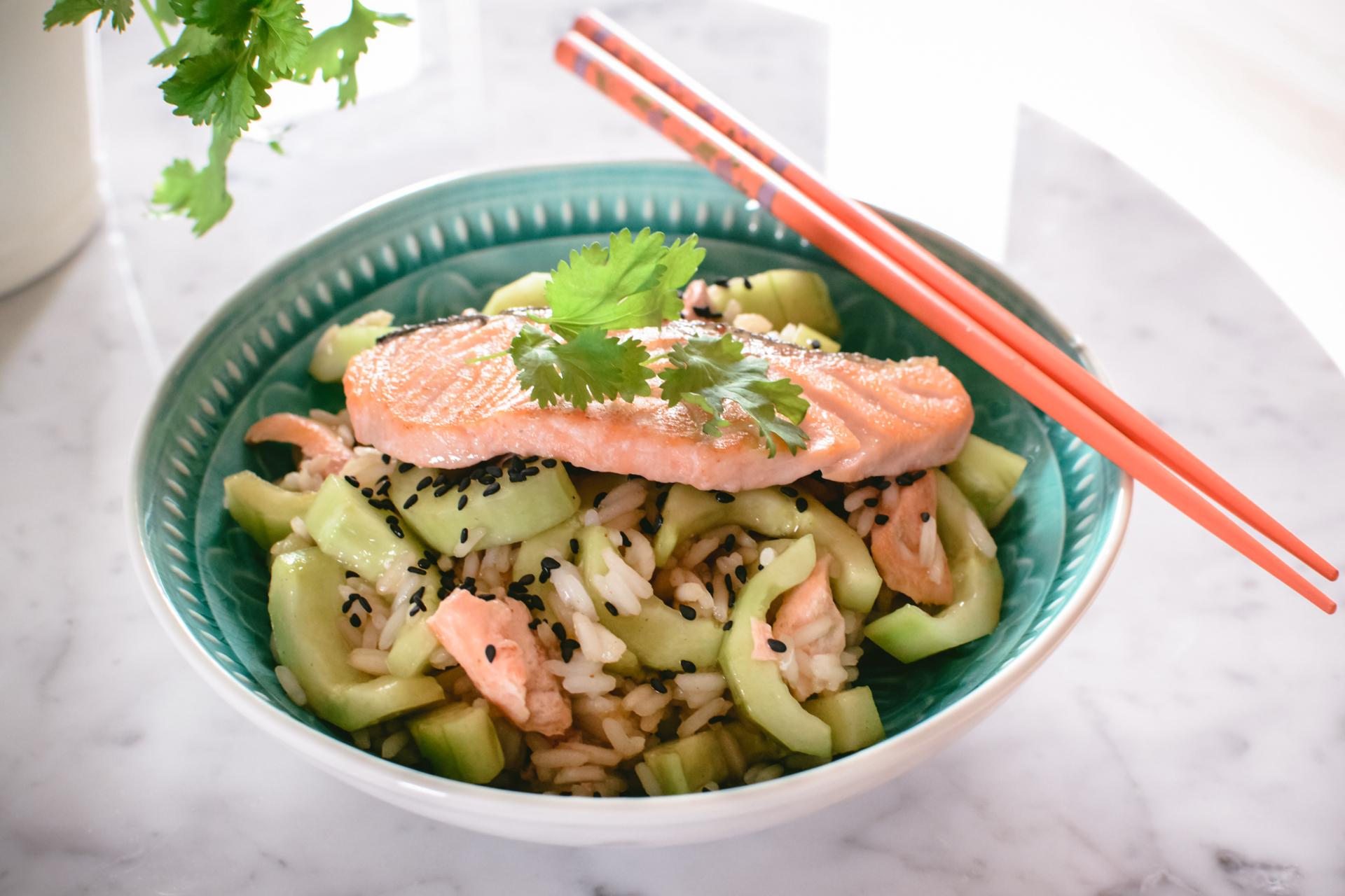 Azjatycka sałatka z łososia i ogórka