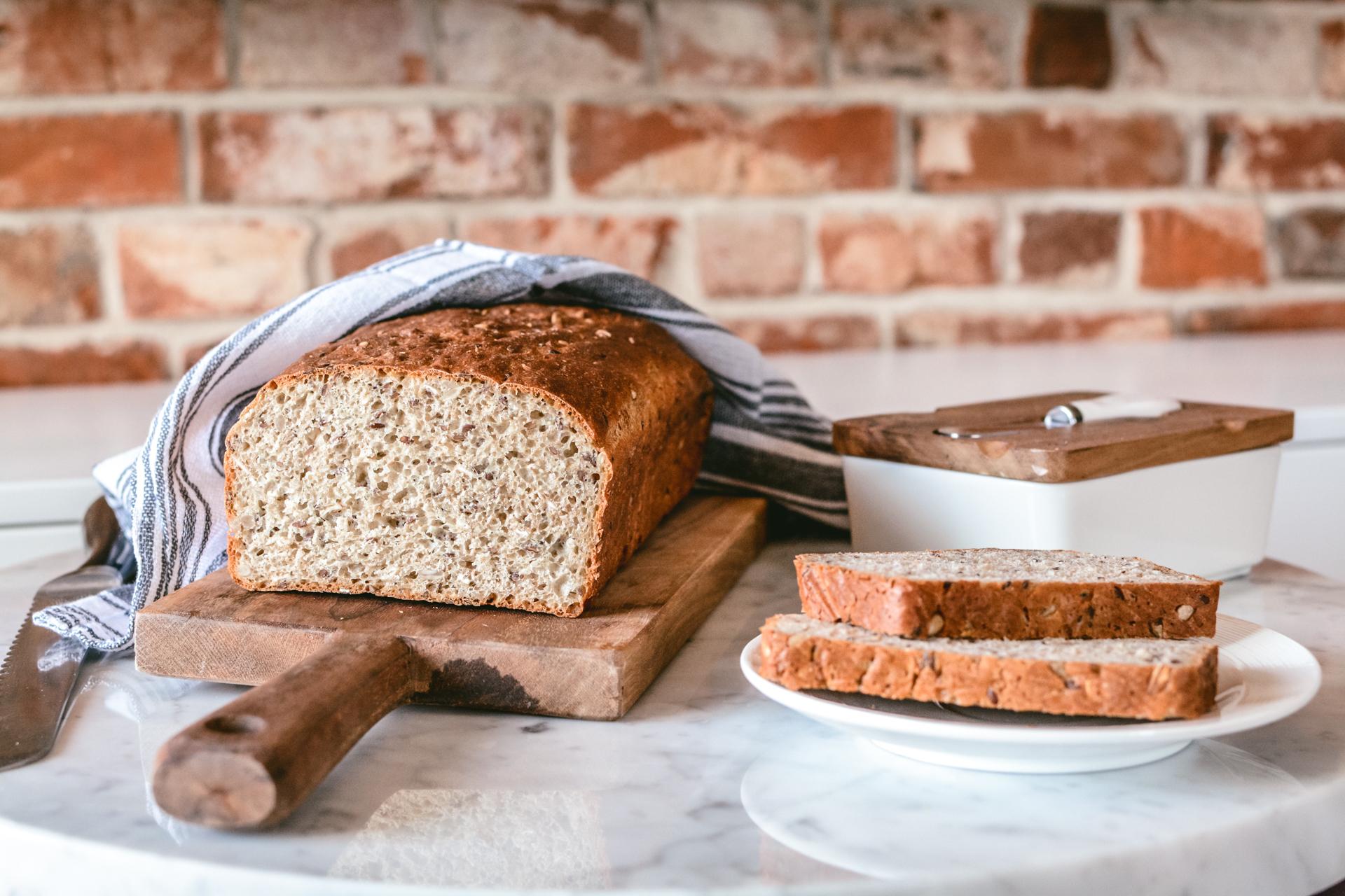 Chleb z siemieniem i słonecznikiem - na desce