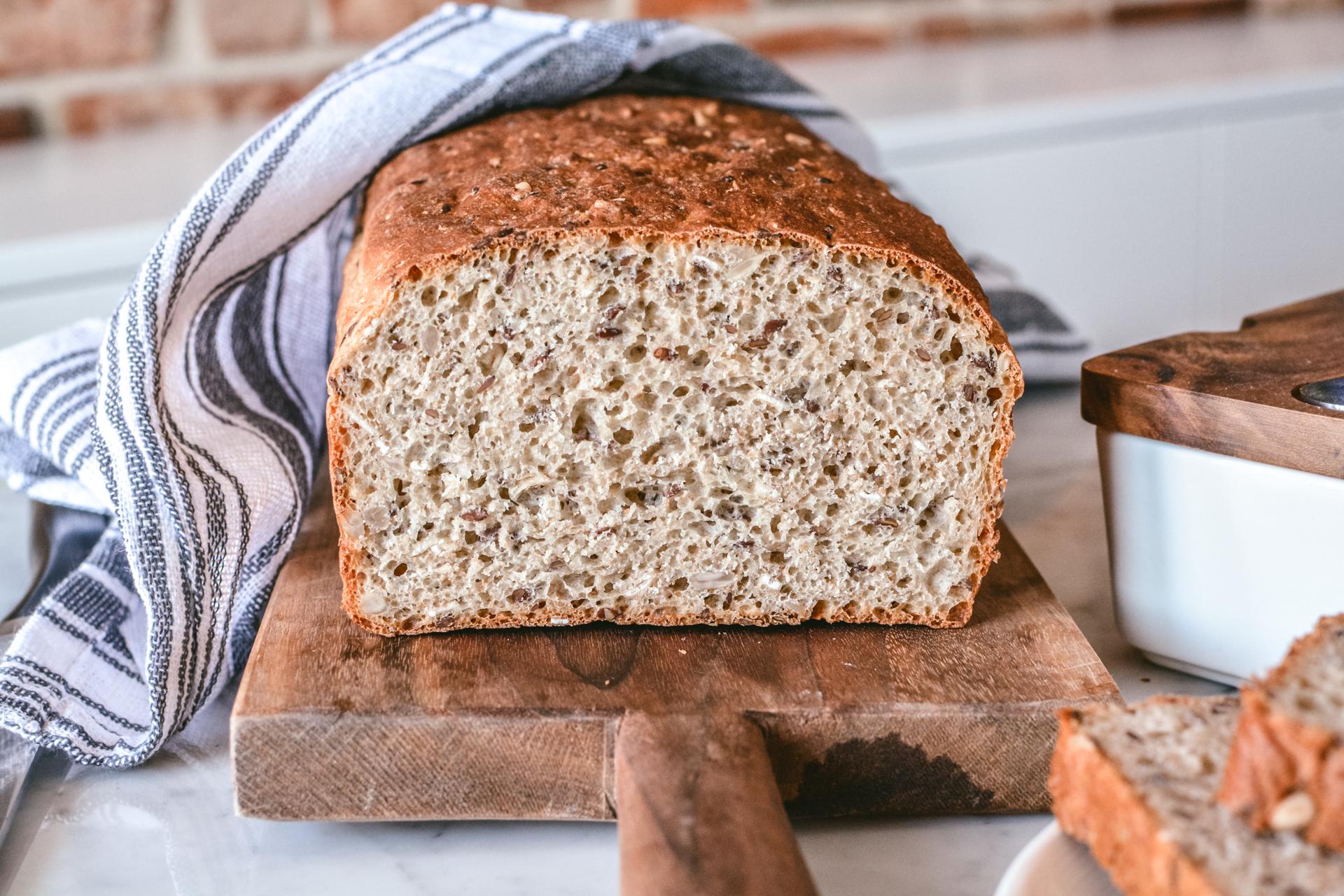 Chleb z siemieniem i słonecznikiem - cały