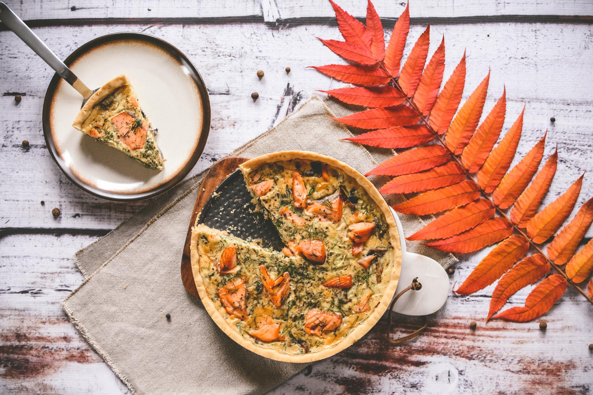 Tarta z wędzonym łososiem i porem - porcja