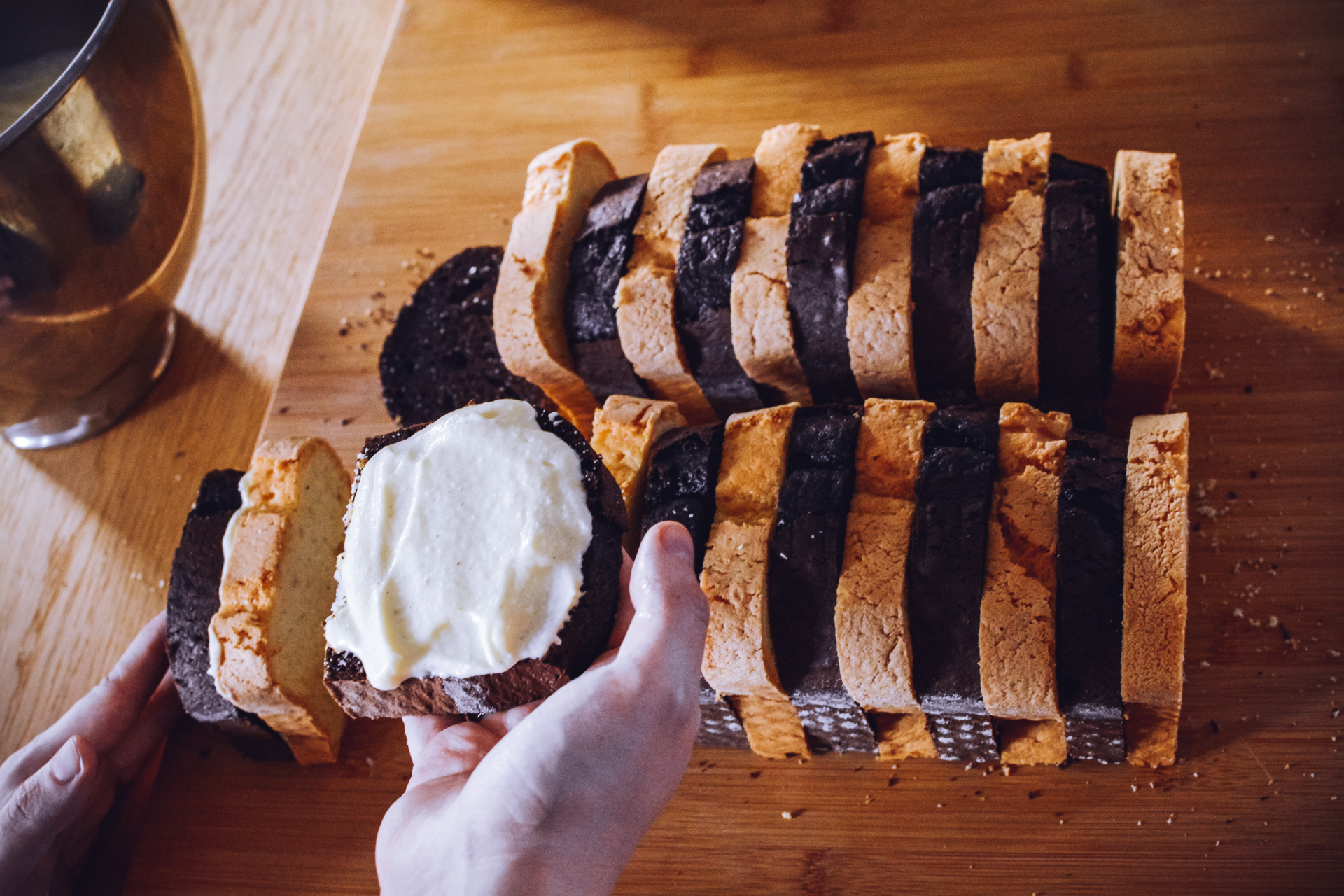 Ciasto metrowiec - smarowanie kromek i składanie