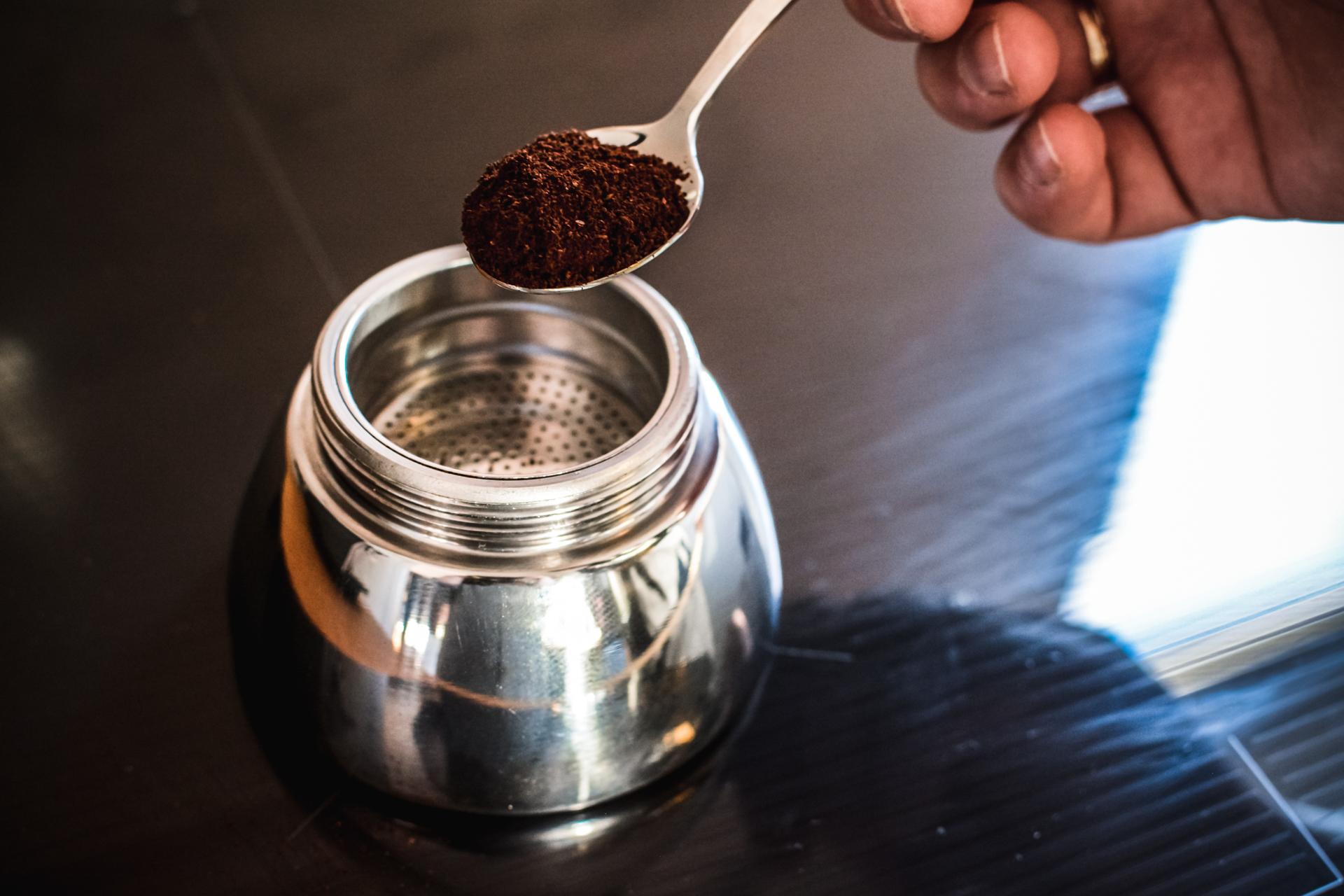 Zaparzanie kawy w kawiarce
