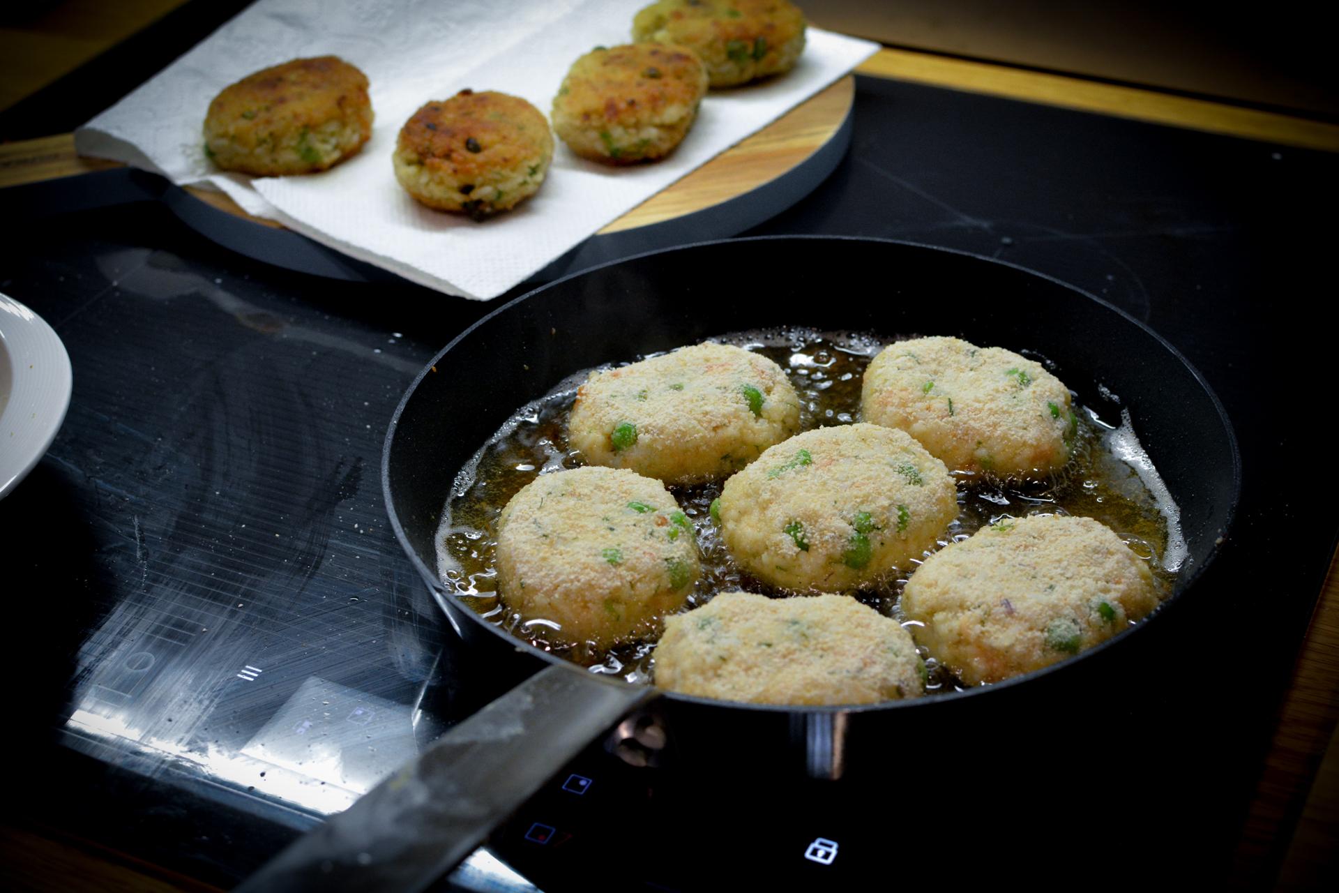 Kotleciki ryżowe z łososiem i groszkiem - przygotowanie