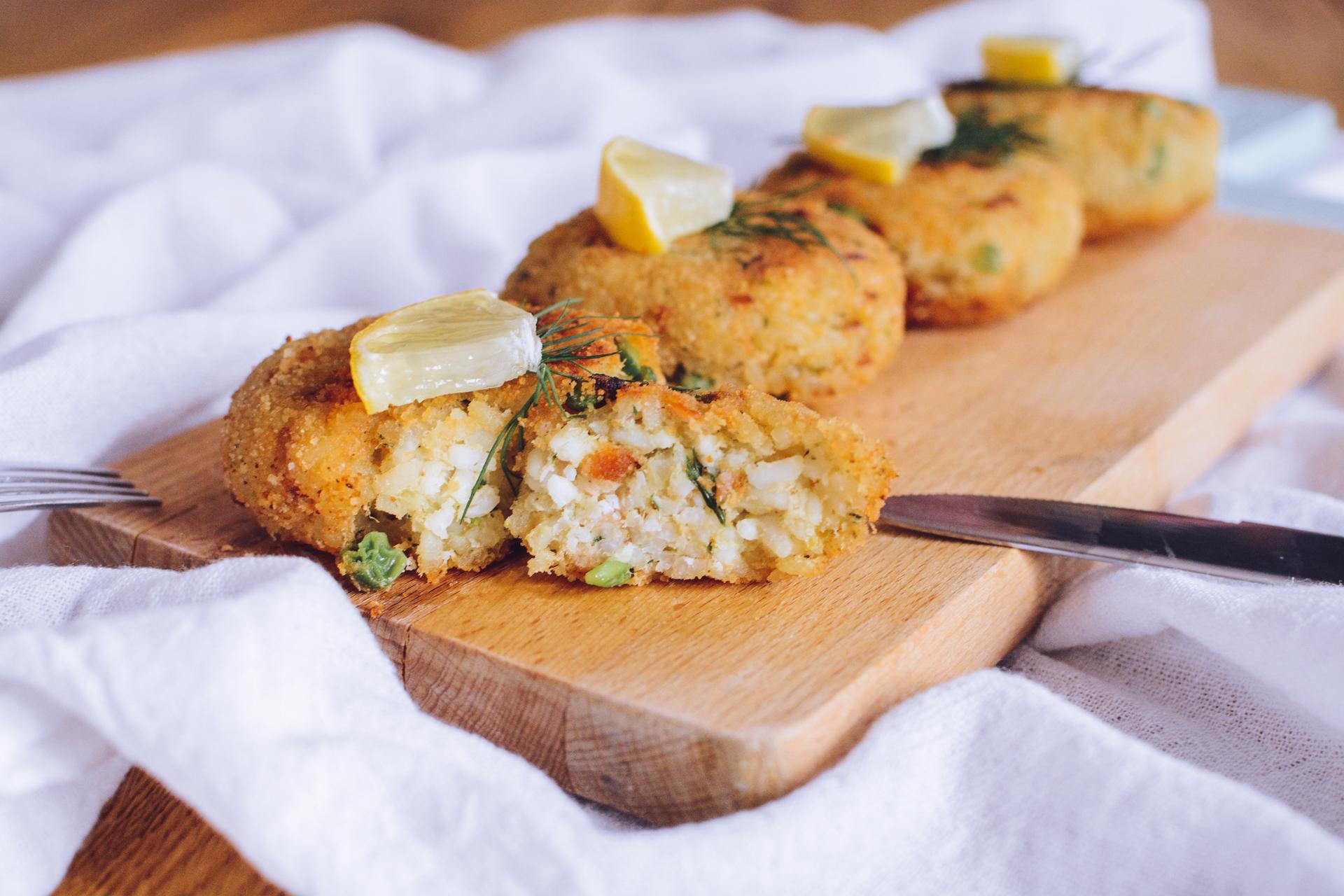 Kotleciki ryżowe z łososiem i groszkiem