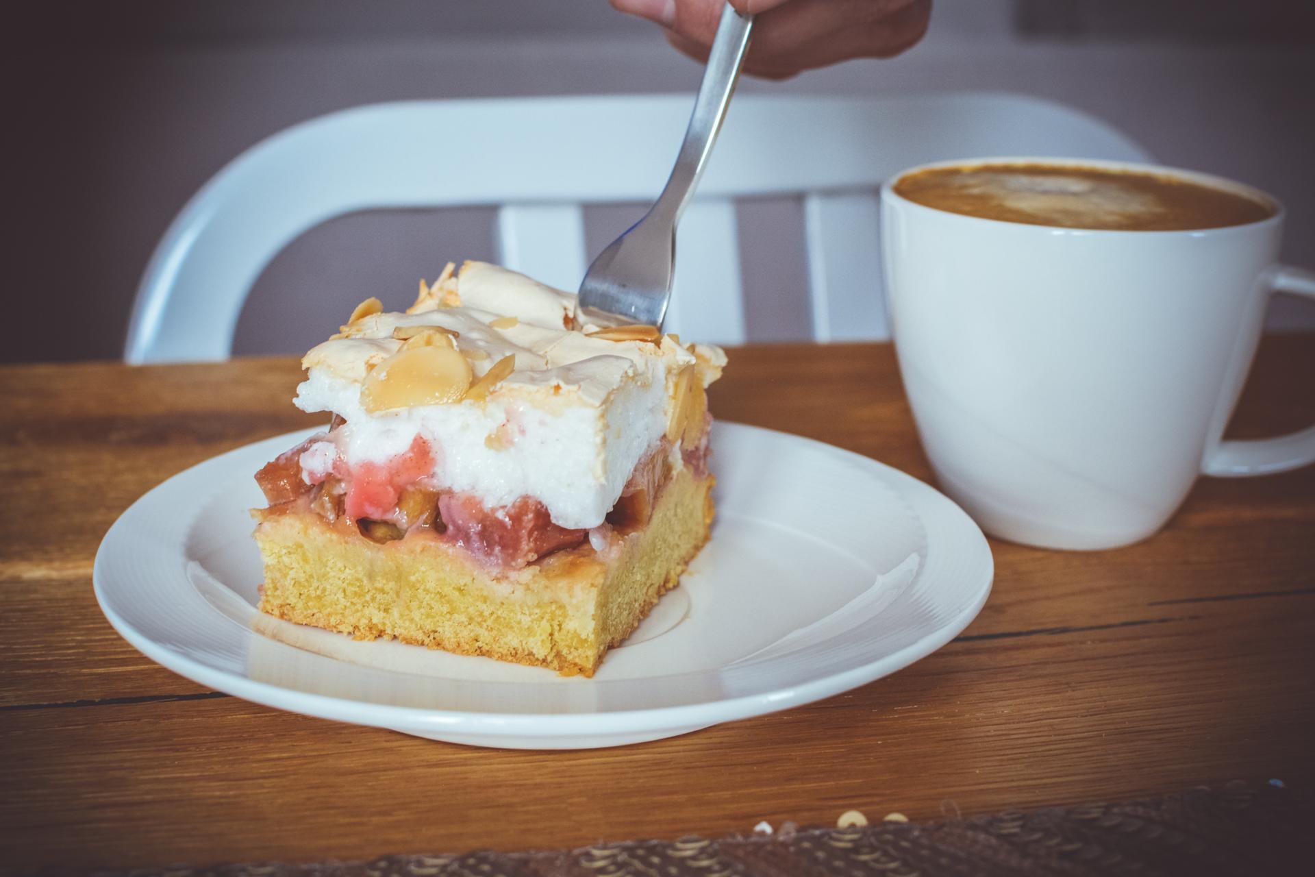 Ciasto z rabarbarem i bezą - najlepszy przepis