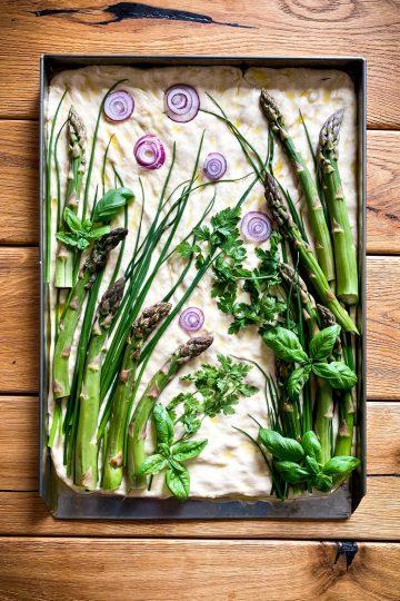 Focaccia ze szparagami i ziołami - najlepsza