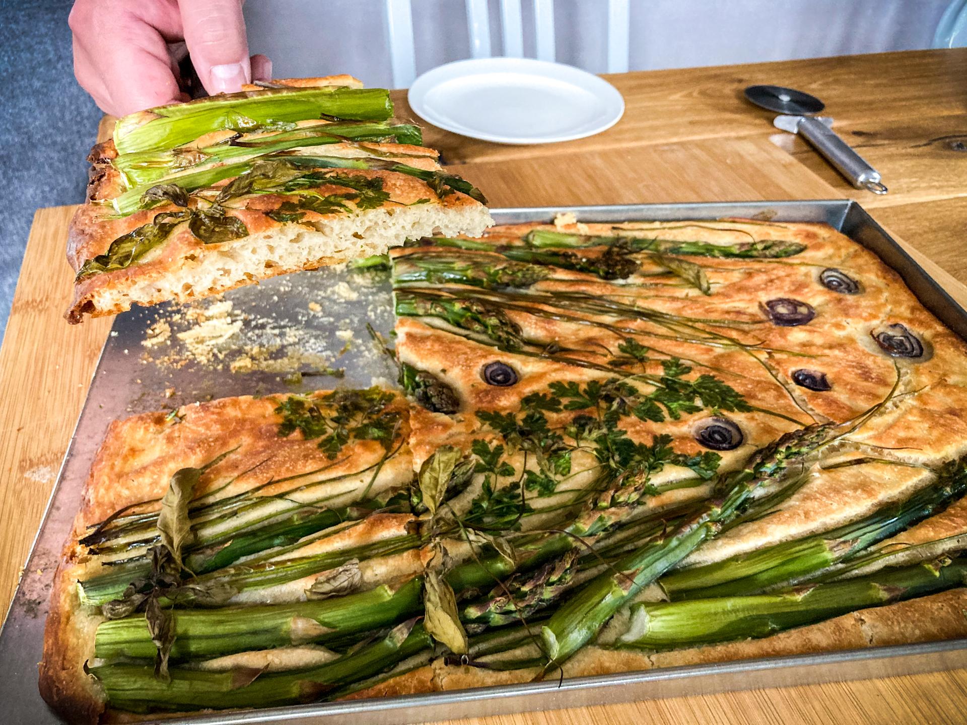 Focaccia ze szparagami i ziołami - najlepszy przepis