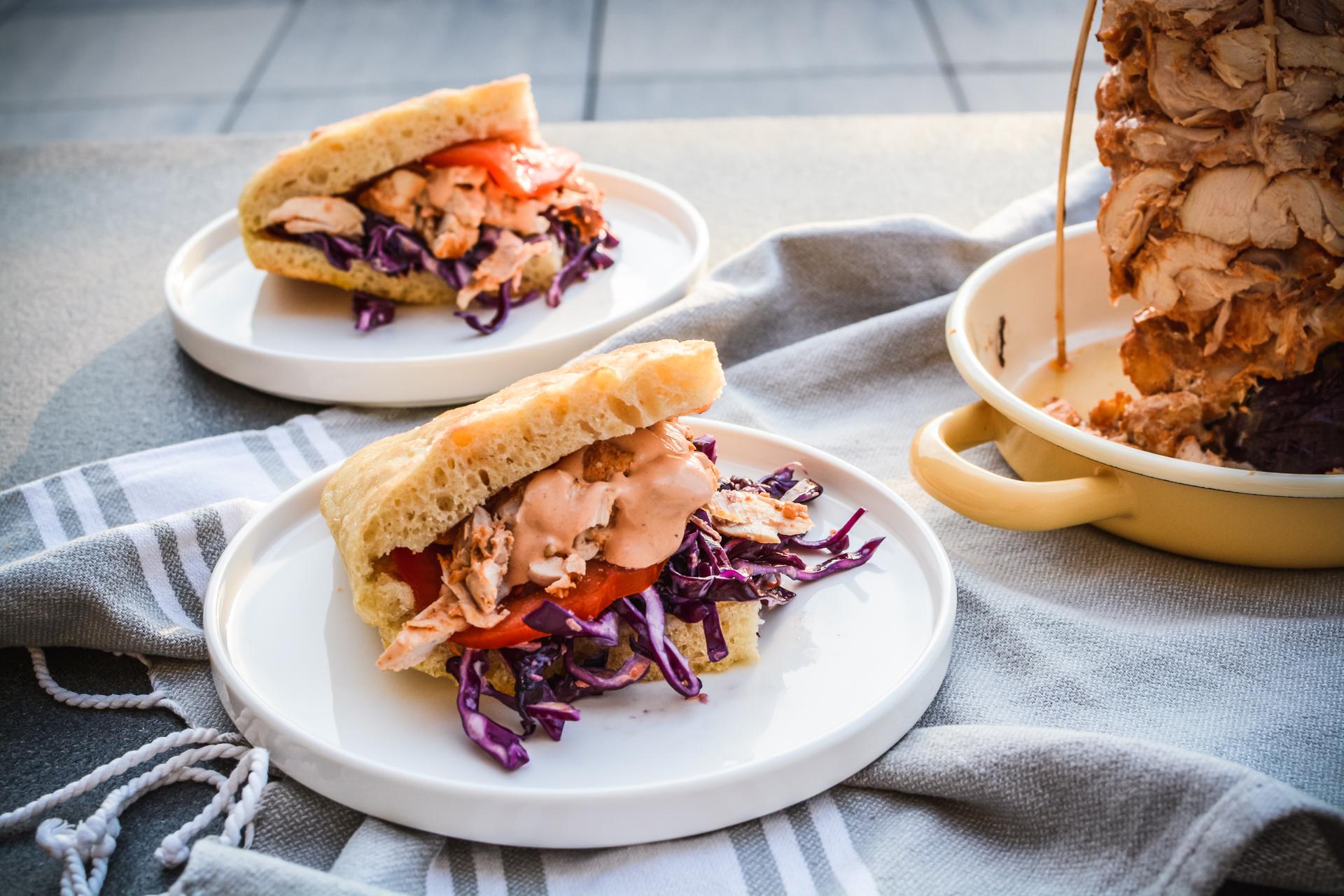 Gyros z kurczaka - domowy kebab z piekarnika - w bułce