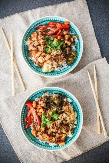 Miska zdrowia z pieczonymi warzywami i tofu