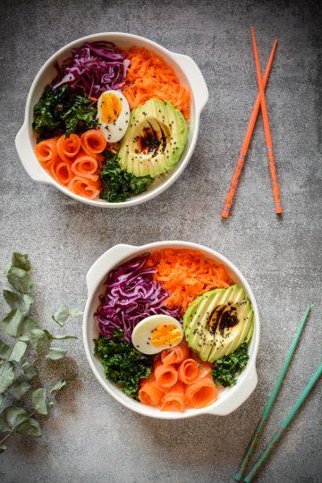 Buddha bowl z wędzonym łososiem i brązowym ryżem