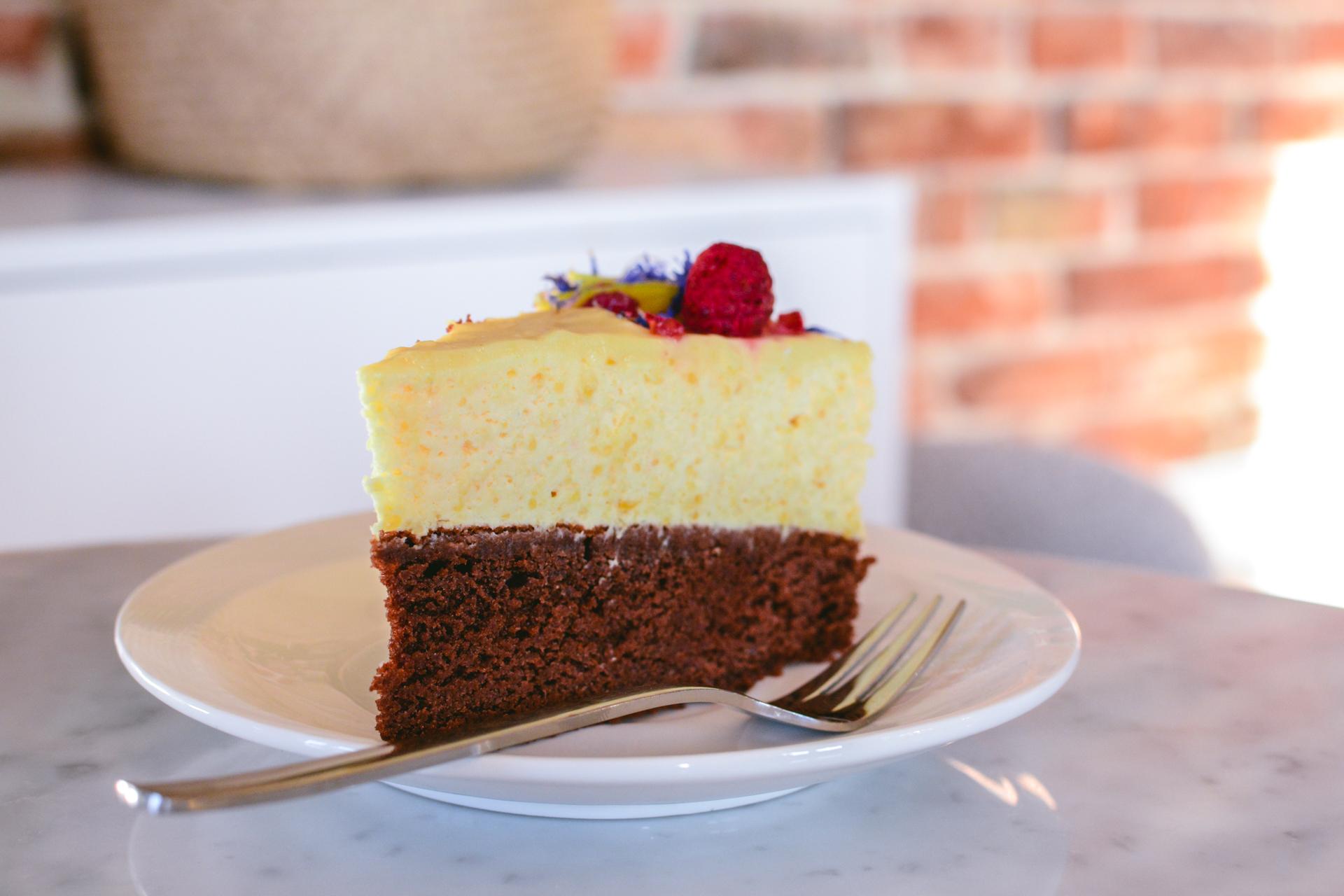 Ciasto musowe z mango i białą czekoladą pyszne i efektowne