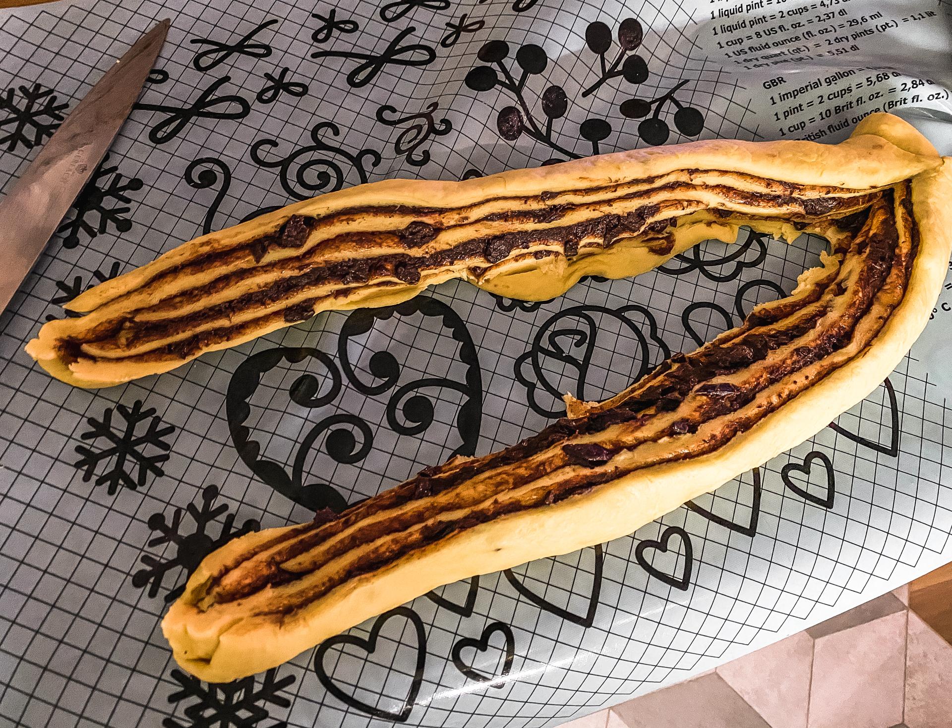 Strucla czekoladowa - drożdżówka z czekoladą - cięcie