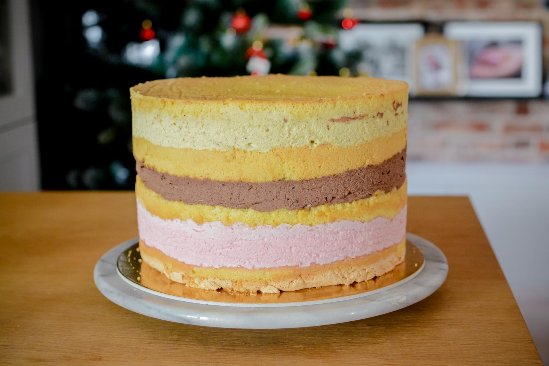 Tort z trzema kremami i chrupiącą warstwą oraz żelką owocową