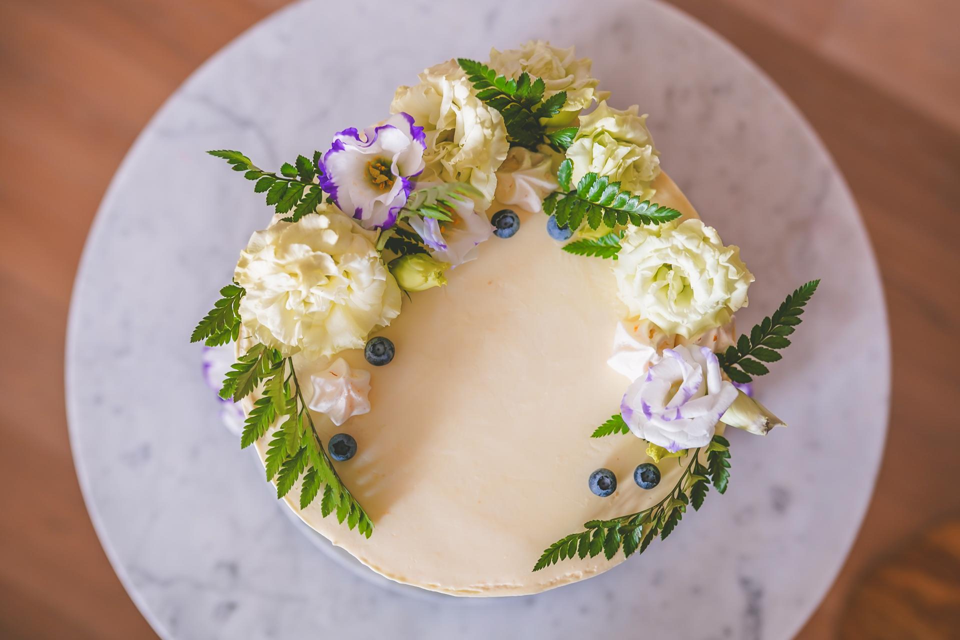 Tort - dekoracja z żywych kwiatów
