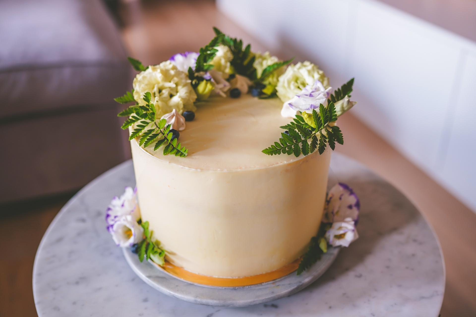 Przepyszny tort mango z chrupiącą maliną i kokosanką migdałową